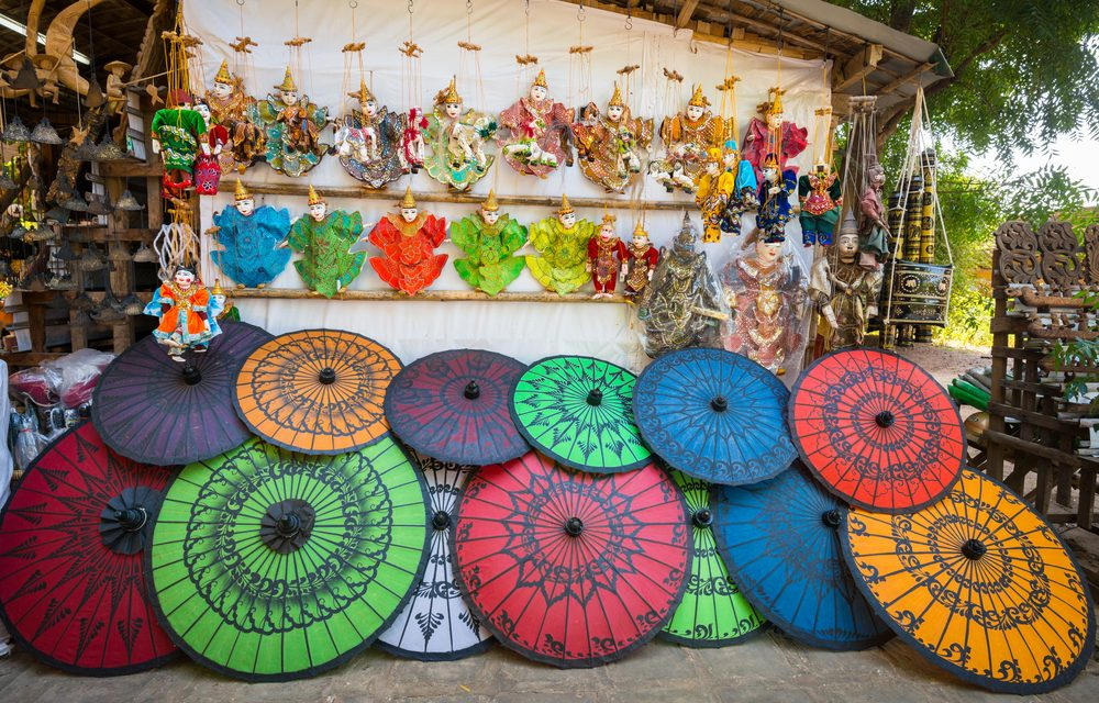 https://takemetomyanmar.com/wp-content/uploads/2019/07/local-souvenir-shop-in-Bagan-1000x640.jpg
