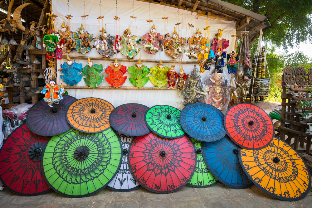 https://takemetomyanmar.com/wp-content/uploads/2019/07/local-souvenir-shop-in-Bagan.jpg